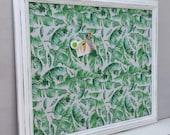 Tableau d'affichage babillard aimanté recouvert tissu feuillage vert feuille plante décor été organisation bureau afficher mémos photos