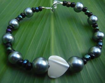Blue heart bracelet, Mother of pearl, Pearl bracelet, blue pearls, heart bangle, shell heart, heart bracelet, Love bracelet, glass pearls