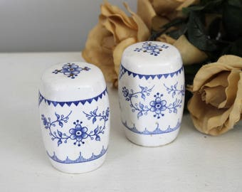 Vintage Salt and Pepper Shaker Japan Blue And White / Japanese Ceramic Delft / Vintage S & P Set / Ceramic Floral / Collectible Kitchen Ware