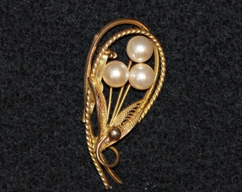 Gold-colored and Pearl brooch