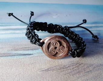 Unisex Triskelion bracelet, celtic symbol  in copper and black leather macrame leather  - Ajustable bracelet  for men or women