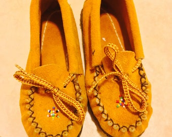 1960's brown leather beaded kids moccasins - size 7