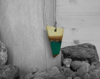 Necklace/pendant/pendant severed green triangle wood and resin