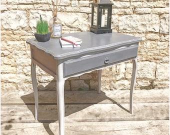 petit bureau un tiroir revisité et patiné gris style shabby chic