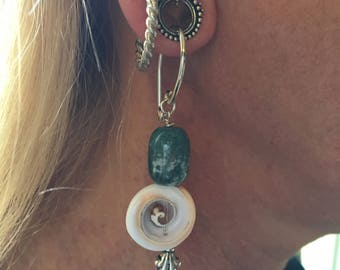 Tunnel earrings in agate and shell