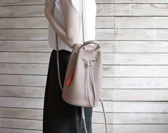 Small bucket backpack-warm grey