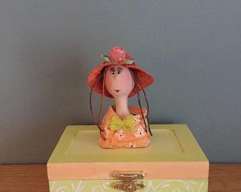 decorative box ,jewelry box,boite en bois,poupée d'art ,doll,ooak art doll,poupée,coffre à bijoux,figurine,orange,green,straw hat,