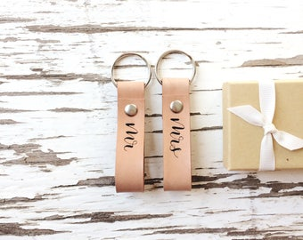 Mr and Mrs Leather Keychain / Mr and Mrs Gift Set / Couples Keychain Set / Anniversary Gift for Parents / Gift for Newlyweds / Gift for Wife