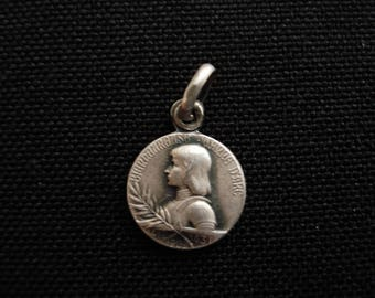 Religious antique French catholic silver ( marked ) medal pendant of Saint Jeanne d'Arc Joan of Arc and the Basiique of Domremy. ( 8  )
