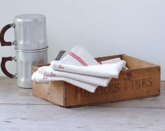 Lot de trois torchons en métis écrus, liseré rouge et lettre F au point de croix, torchon vintage Français