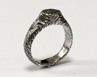 MAGNI Carved Signet Ring