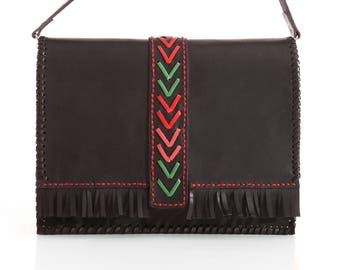 Bag shoulder bag skin; embroidered pin handmade skin tireta colors; top finished with fringe, and sewn thread red tarpaulin.