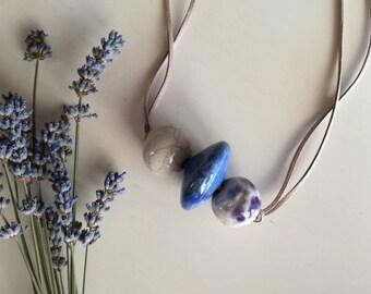 Collana gioiello in ceramica raku. Rotella blu e sfere bianche screziate. Handmade with love.