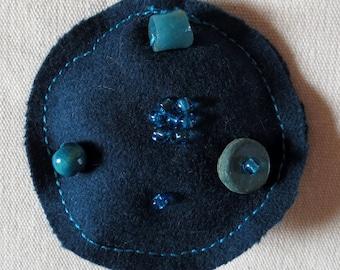 Brooch felt round turquoise/REF BRF7