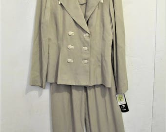 25% 0FF SalE!!A Women's NWWT Vintage 90's,2 pc Rayon Blend,TAN & Beige D0UBLE BREASTED Suit By Studio one.S