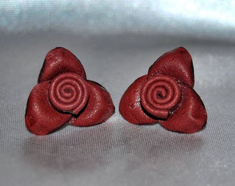 Leather earrings with roses