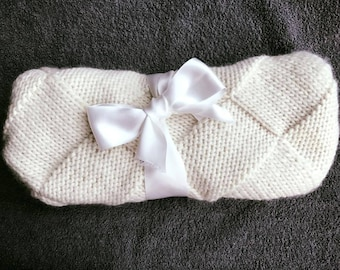 Cuddly blanket knitting pattern for baby - white chocolate