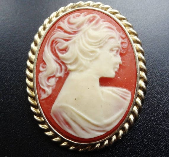 Lovely vintage cream lucite cameo lady gold tone pendant brooch  or pendant