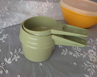 TUPPERWARE Measuring Cups set     PreOwned