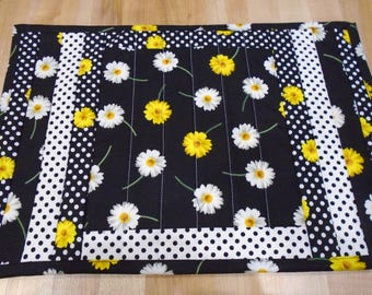 Placemats,Handmade Placemats,Set of 4 Placemats,Floral Placemats,Quilted Placemats,Daisy Placemats,Black Placemats,Yellow Kitchen Placemats