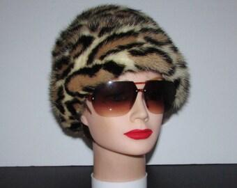 """Superbe chapeau  de véritable fourrure de vision teint léopard \Superbe real  mink fur hat dyed leopard style    small  21"""""""