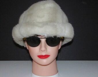 """Joli chapeau de fausse fourrure blanc crème /beautiful  faux fur creamy white    size 23"""""""