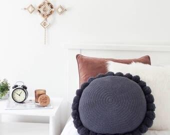 coussin rond crochet pompons noir