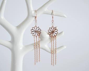 Vente de liquidation > Boucles d'oreilles doré rose FLORA // Boucles d'oreilles pendantes avec fleur surmontée d'une perle Quartz Rose
