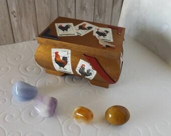 Coffret de Collection - pièce  unique -  style timbre - Thème '' Les Coqs et les Poules '' garni de 4 Pierres Minérales - Art et collection