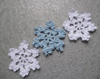 3 crocheted cotton bench and light blue snowflakes