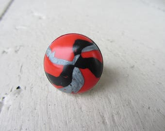 Big ring with round cabochon polymer clay marbled gray silver, red and black on adjustable silver metal support