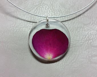 Round neck + round pendant in resin and Rose Petal red/purple