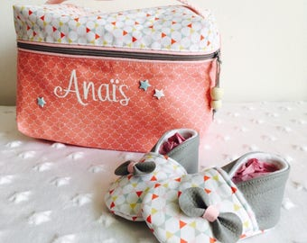 Set birth toiletry and matching baby booties. Cotton/faux leather - coral/white/pink
