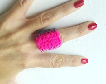 Limit ring-ring in extra fine Merino Wool grey and neon pink acrylic mixed/ring