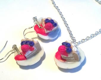 Charlotte adornment at the strawberry: necklace and earrings