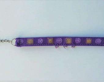 Bracelet in purple fabric and glass beads, adjustable