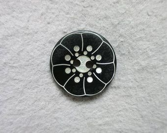 Engraved black flower button