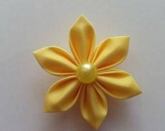 fleur en tissu jaune pétales pointus 4cm