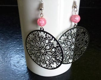 Earrings silver prints filigreed with pink Crackle glass beads mounted on silver plated hooks