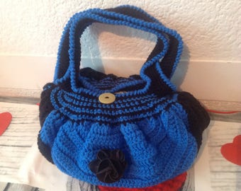 Nice purse in wool, decorated with a flower and button closure, made of crochet and handmade