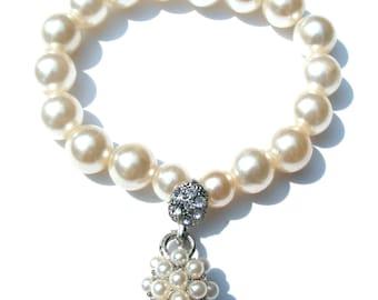 Bracelet perles nacrées blanches et pendentif strass et perles nacres ficelle élastique.