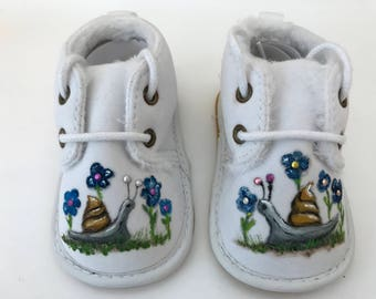 Baby shoes - hand-painted shoes / worm