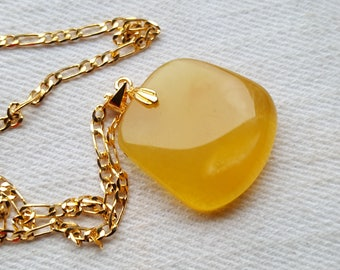 Amber pendant 4 grams with goldenplated chain.