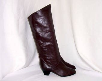 Sz 6.5 Vintage tall brown leathe 1980s women low heel slouch boots.