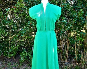 SALE 70s Kelly Green Dress size Small Pintucks Flared Skirt