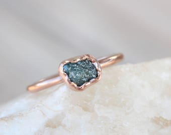 Rough Teal Blue Diamond Engagement Ring 14K Rose Gold Bezel Delicate Abstract Cloud Shaped Raw Blue-Green Gemstone Bridal Band - Petrolwolke