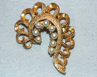 Large Pearl Brooch, Gold tone, Vintage old jewelry