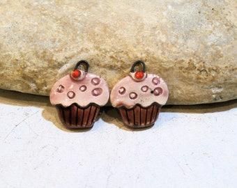 2 breloques - cupcake de Marie Antoinette ou d'Alice, bordeaux, rose, céramique artisanale