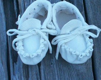 ON SALE White deerskin baby moccasins , Traditional baby moccasins , Ready to ship , Baby crib shoes , newborn baby moccasin, Christmas gift