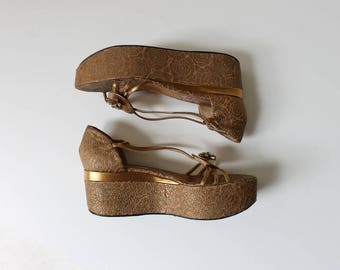 Vintage Guillaume Hinfray Flat Platform Sandals // Embossed Metallic Gold Leather Platform Heels // Women's Size 7.5 EU 37.5